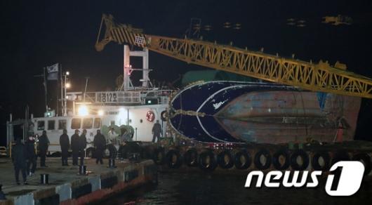 [사진]인천해경 전용부두 들어서는 영흥도 전복 낚싯배