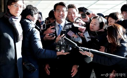 [사진]미소 지으며 검찰 들어서는 김태효