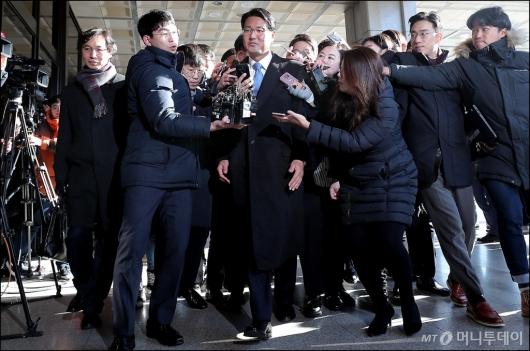[사진]검찰 들어서는 '군 댓글공작' 김태효 전 비서관