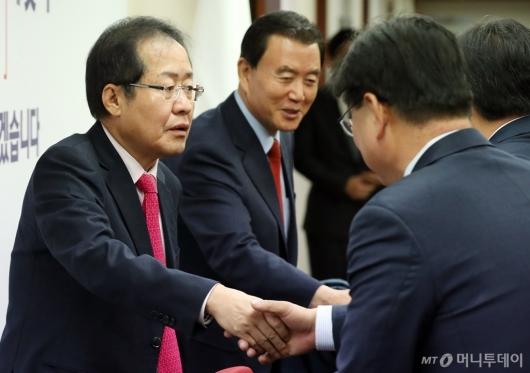 [사진]시도당위원장들과 인사 나누는 홍준표 대표