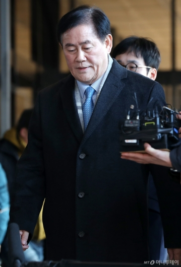 [사진]국정원 뇌물 혐의 최경환 의원 검찰 출석