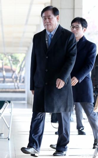 [사진]검찰 들어서는 최경환 의원