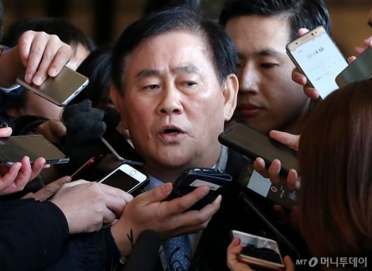 [사진]취재진 바라보는 최경환 의원