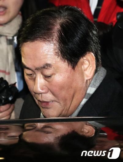 [사진]피의자 조사 마친 최경환 의원
