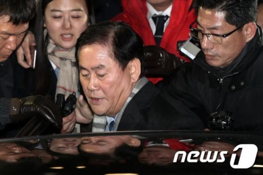 [사진]20시간 밤샘 조사 마친 최경환 의원