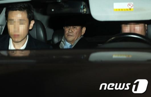 [사진]'특활비 의혹' 최경환 20시간 조사 뒤 귀가