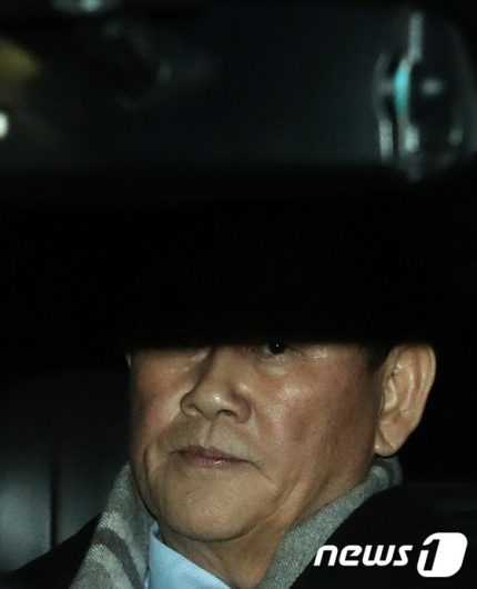 [사진]최경환, '국정원 뇌물 의혹' 밤샘조사
