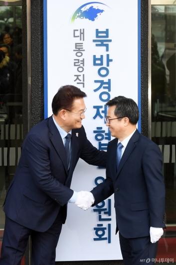 [사진]악수하는 송영길 김동연