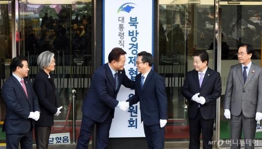 [사진]악수하는 송영길 위원장-김동연 부총리