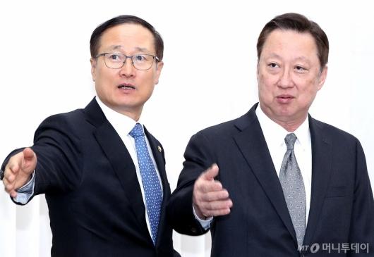 [사진]국회 환노위 찾은 박용만 회장