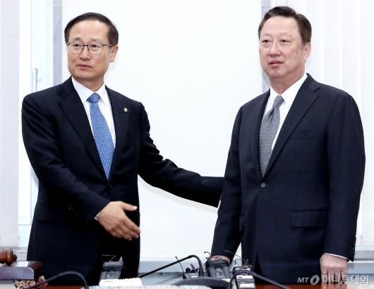 [사진]박용만 회장 안내하는 홍영표 위원장