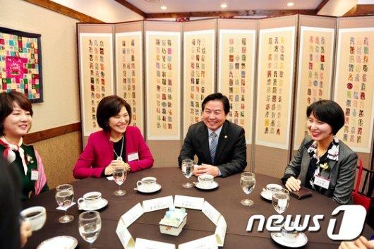 [사진]여성벤처기업인들 만난 홍종학 장관