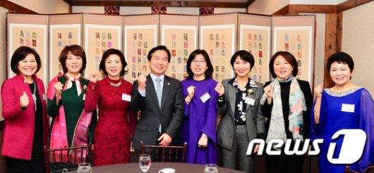 [사진]홍종학 장관, '여성 벤처기업인들과 함께'