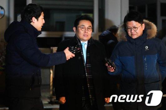[사진]취재진 질문에 답하는 전병헌