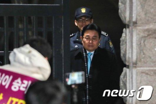 [사진]영장 기각 후 구치소 나서는 전병헌