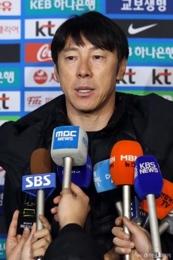 [사진]답변하는 신태용 감독