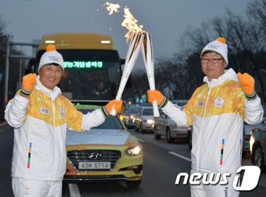 [사진]이승엽, 김한수 감독과 '토치키스'