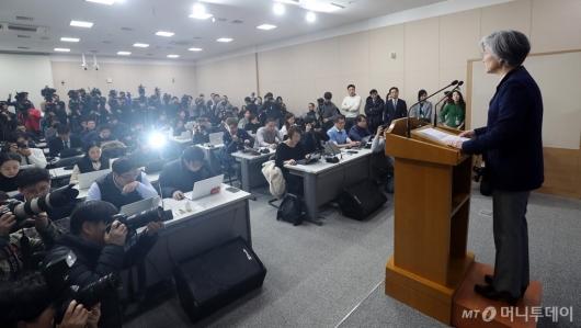 """[사진]강경화, """"10억엔 정부 예산으로 충당"""""""
