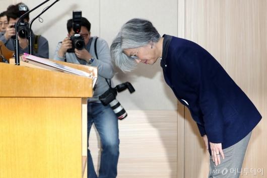 [사진]인사하는 강경화 장관