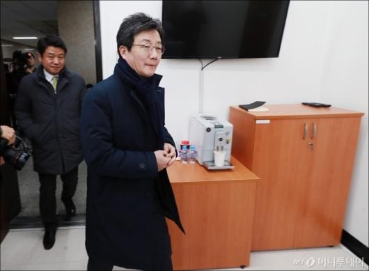 [사진]의원총회 참석하는 유승민 대표
