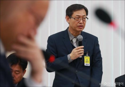 [사진]이상민 제천소방서장, 행안위 전체회의 출석
