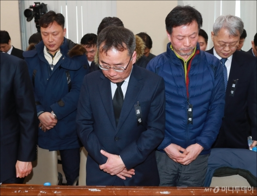 [사진]묵념하는 제천 화재참사 유가족들