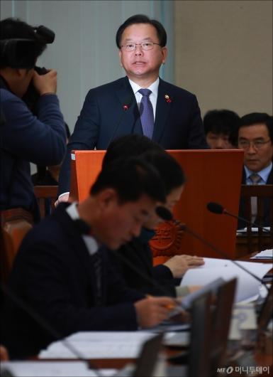 [사진]김부겸 장관, 제천 화재 참사 현안보고