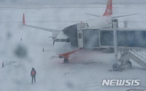 [사진]제주공항 활주로 임시 폐쇄…제설 작업 중