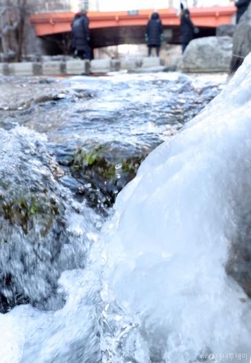 [사진]강추위에 얼음 자라는 청계천