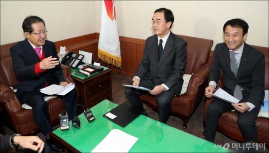 [사진]자유한국당 방문한 조명균-함진규