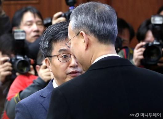 [사진]이야기 나누는 김동연 부총리-백운규 장관