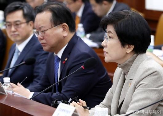 [사진]최저임금인상 관련 발언하는 김영주 장관