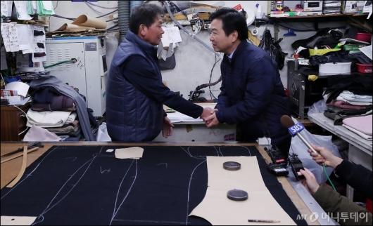 [사진]봉제골목 소공인 만난 홍종학 장관