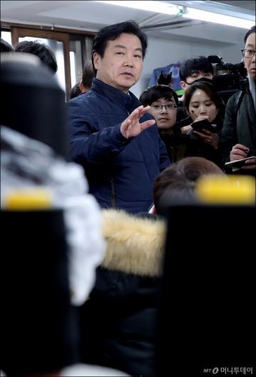[사진]봉제 공장 둘러보는 홍종학 장관