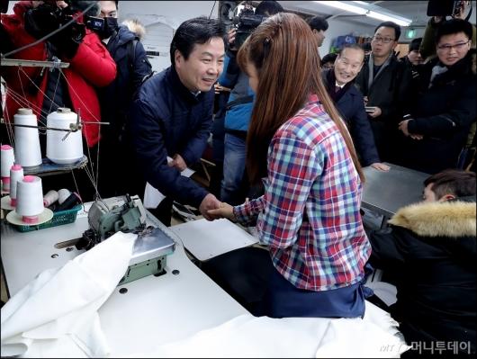 [사진]소공인 격려하는 홍종학 중기부 장관