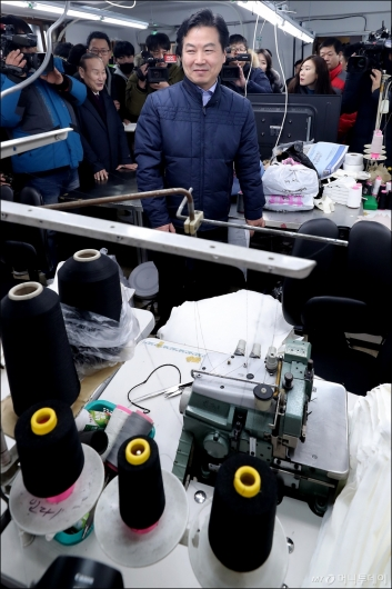 [사진]봉제 공장 방문한 홍종학 중기부 장관