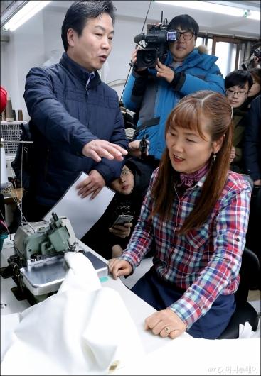 [사진]봉제골목 소공인 격려하는 홍종학 장관