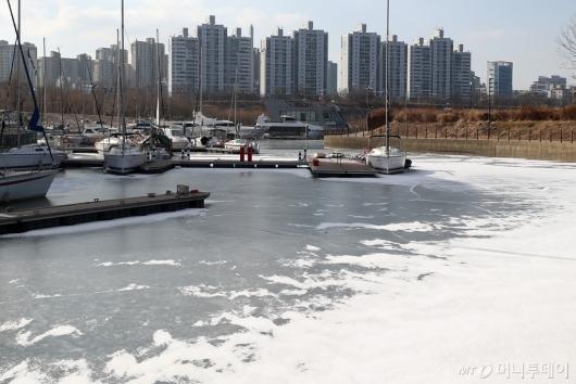 [사진]한파에 얼어붙은 선착장