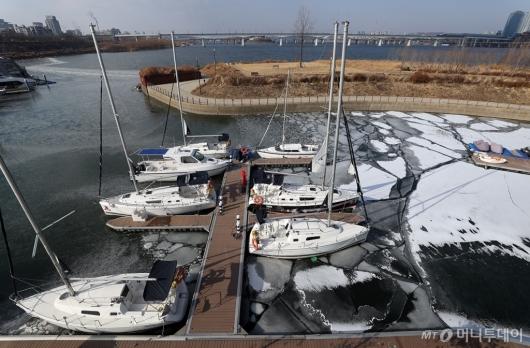 [사진]얼어붙은 선착장