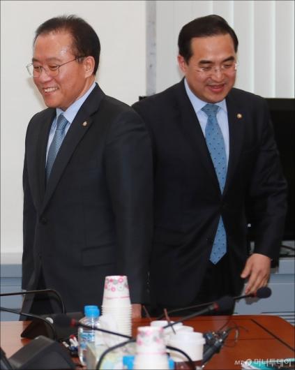 [사진]윤재옥-박홍근 '각자의 자리로'