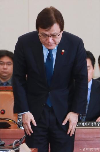 [사진]인사하는 최종구 금융위원장