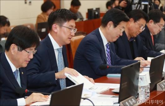 [사진]한국당 의원석 앉은 김세연