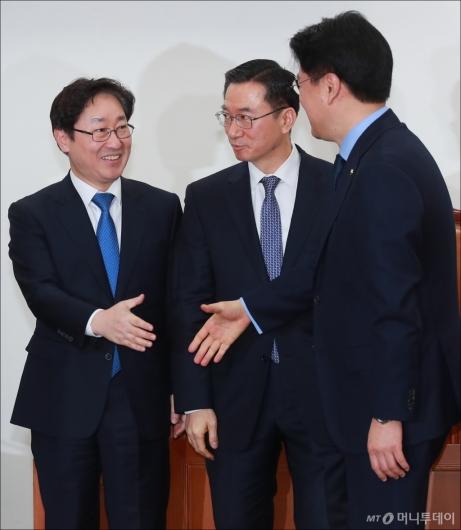 [사진]악수하는 박범계-장제원 사개특위 여·야 간사