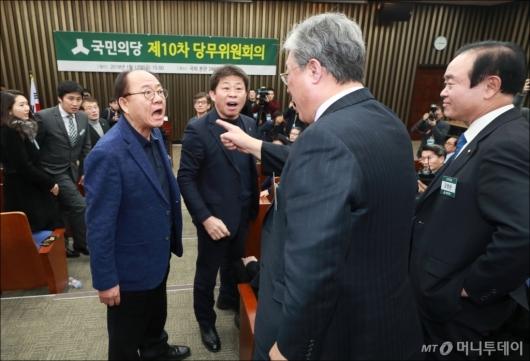 [사진]합당파 당무위원들과 언쟁 벌이는 유성엽 의원
