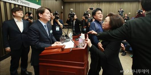 [사진]발언하는 안철수, 항의하는 장정숙