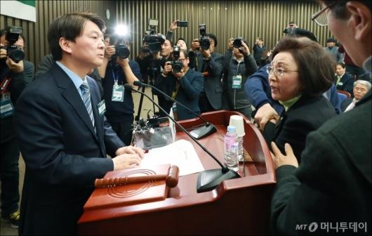 [사진]장정숙 항의받는 안철수