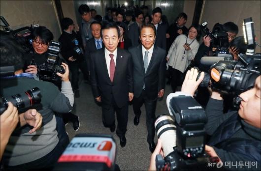 [사진]취재진에 둘러싸인 임종석-김성태
