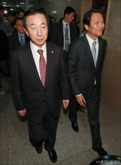 [사진]환담장 이동하는 김성태-임종석