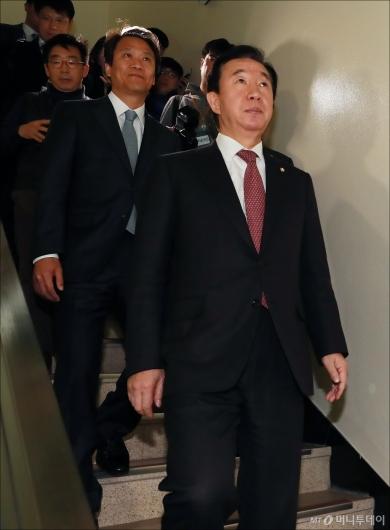 [사진]계단으로 이동하는 김성태-임종석