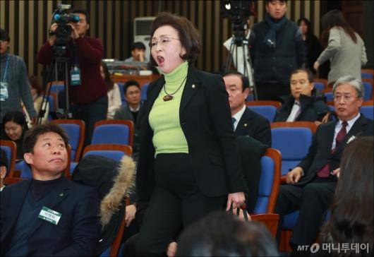 [사진]항의하며 입장하는 장정숙 의원